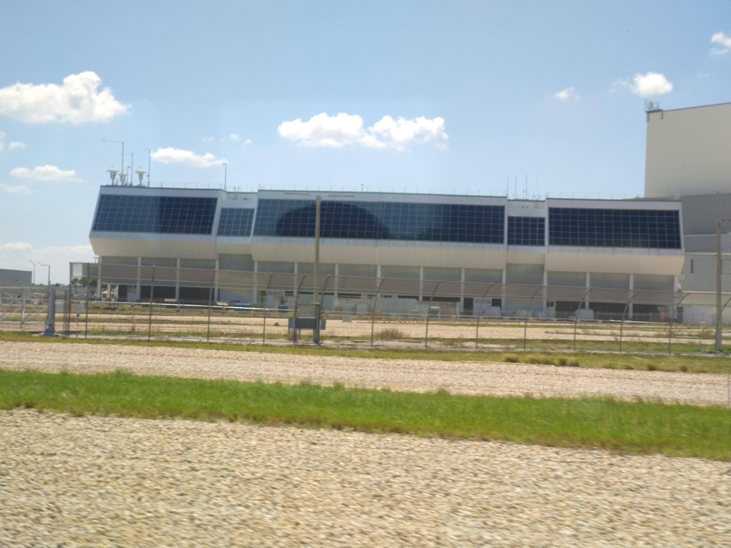 Vanuit dit gebouw worden de lanceringen gedaan